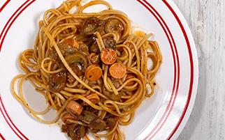 Spaghetti con salchicha en salsa pomodoro y champiñones